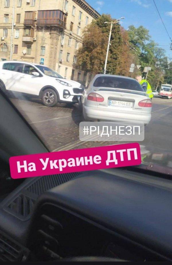 В центре Запорожья произошло ДТП, движение затруднено (ФОТО)