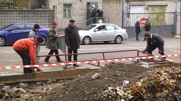 В Запорожье начали вывоз опавших листьев (ФОТО)