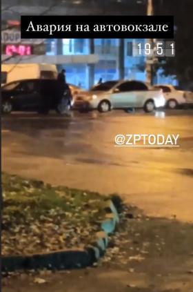 В Запорожье на скользкой дороге столкнулись два автомобиля (ФОТО)