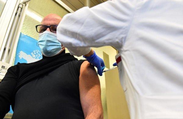 Сербия включила журналистов в приоритетную группу вакцинации от COVID-19