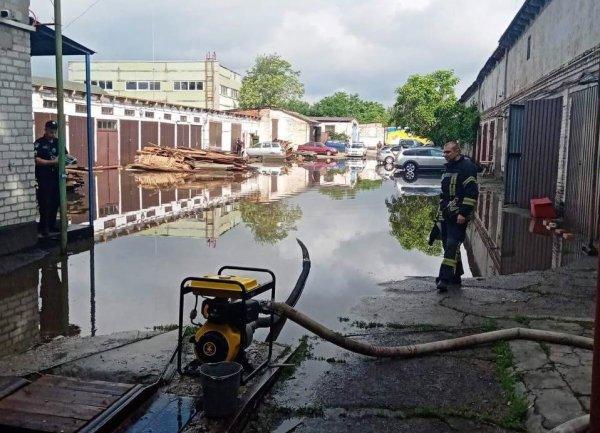 В Запорожье после ливня затопило улицу (ФОТО)