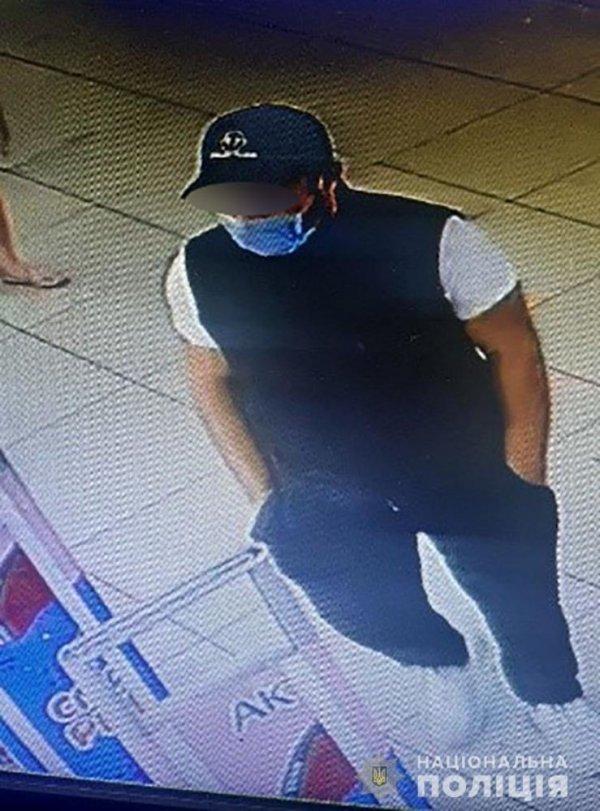 В Запорожье мужчина напал на женщину и ограбил ее (ФОТО)